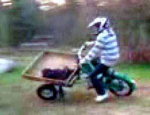 Det är faktiskt inte så svårt att köra flakmoppe på två hjul.
